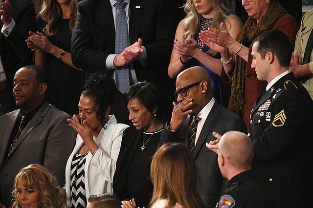 Robert Mickens, Elizabeth Alvarado, Evelyn Rodríguez y Freddy Cuevas, padres de dos adolescentes asesinados por la MS-13, tuvieron un reconocimiento de parte del presidente Trump durant el discurso de Rendición de Cuentas en el Congreso.
