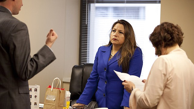"""CRÍTICA. La Delegada Guzmán escucha en su oficina una legislación propuesta. En su réplica al """"State of the Union"""", ella calificó el recorte de impuestos de Trump como una """"ley estafadora""""."""