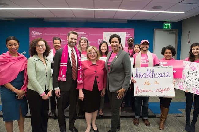 Durante la firma de la Ley de atención de la salud de la mujer, la alcaldesa Bowser anuncia la extensión de las inscripciones para acceder al seguro medico