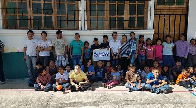 Maribel Rueda junto a estudiantes de la escuela de educación especial en Escuintla, Guatemala, que reciben educación y los ayuda a lograr la inclusión en la sociedad.