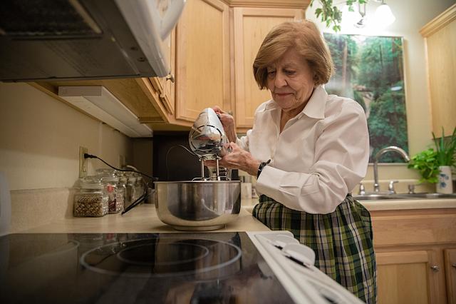 Kelly tiene 91 años y es bien conocida por su cocina y por las fiestas que organiza. Durante las vacaciones fue la anfitriona de 20 personas de su comunidad de jubilados a quienes les preparó y horneó una torta de nueces.