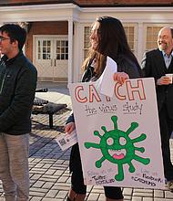 Louie Gold, Amara Fox y el doctor Don Milton reclutan estudiantes para participar del nuevo estudio sobre propagación de virus.