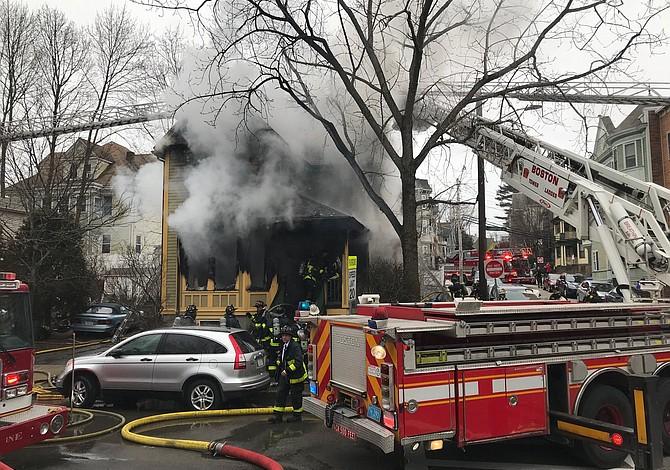 Bomberos de Boston rescataron a cinco niños de las llamas
