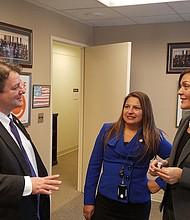 López conversa con sus pares latinas Elizabeth Guzmán y Hala Ayala, quienes también impulsan proyectos proinmigrantes