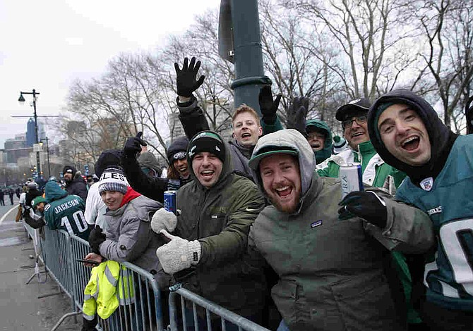Miles de personas vitorean a Eagles en su desfile de campeones Super Bowl