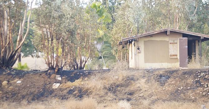 Un pequeña casa que se 'salvó' de ser completamente destruida por los incendios en una comunidad rural de Bonsall, en el condado norte de San Diego. Fotos: Horacio Rentería/El Latino.