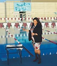 Nora Vargas muestra la moderna piscina. Fotos: Horacio Rentería/El Latino.