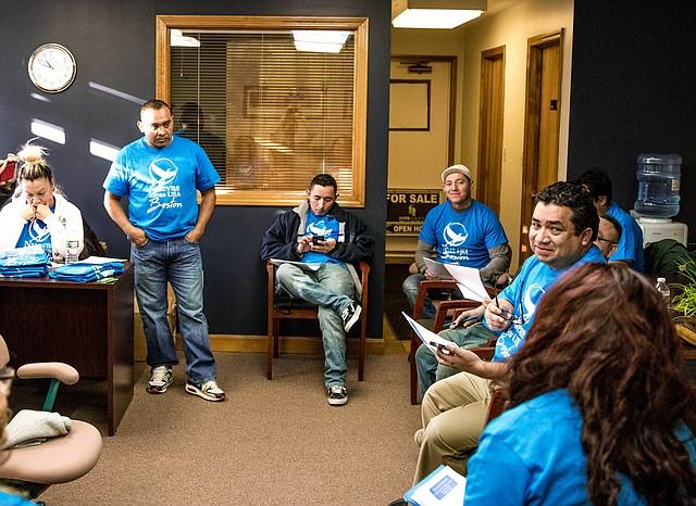 Un grupo de 15 salvadoreños se reúnen en Everett para conversar sobre vías para ampliar su movimiento y adquirir más adeptos en Boston, Massachusetts