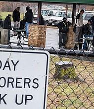 JORNALEROS. En muchas ciudades del área metropolitana se concentran los trabajadores a destajo a la espera de algún empleador.
