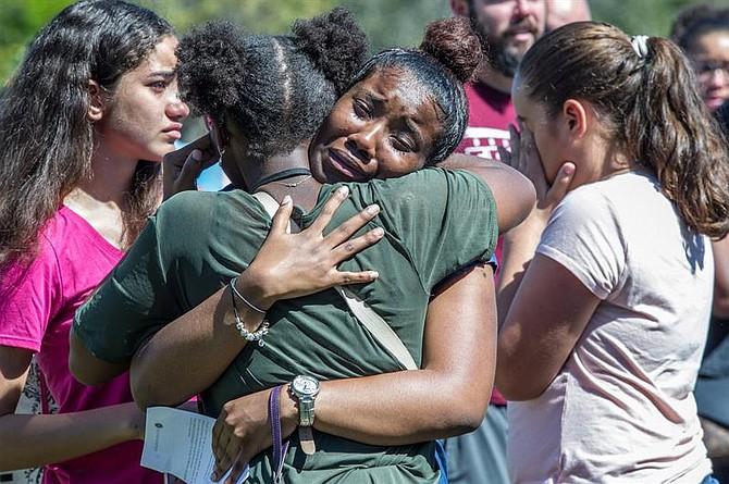 Cientos de miembros de la comunidad se reúnen para una ceremonia conmemorativa en Parkland, Florida, Estadps Unidos, 15 de febrero de 2018. Miembros de la comunidad se reunieron para rendir homenaje a las víctimas del tiroteo en la escuela secundaria de Marjory Stoneman Douglas acontecido ayer, 14 de febrero.