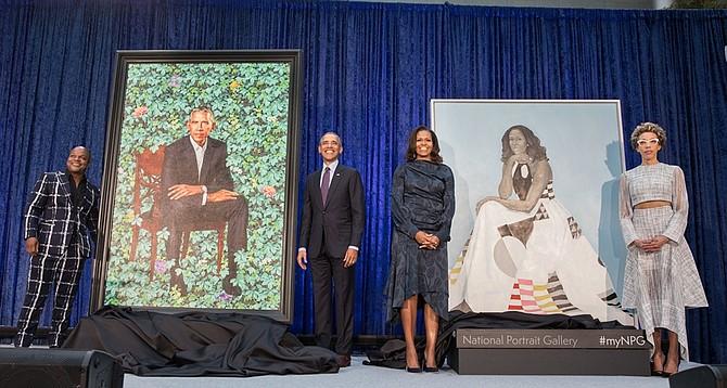 CEREMONIA. Barack y Michelle Obama (centro) durante el acto de revelación de las pinturas en la Galería Nacional de Retratos del Smithsonian en DC, el lunes 12 de febrero de 2018.