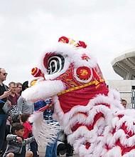 Niños y grandes disfrutaron de 'la visita' del popular dragón chino. Foto-Cortesía: Perla Rentería.