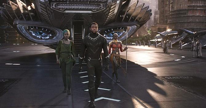"""La diseñadora de producción Hannah Beachler ayudó a crear la construcción del mundo dentro de """"Black Panther"""", protagonizada por Chadwick Boseman, en el centro."""