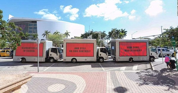 Carteles gigantes recorren Miami para pedir al senador Rubio control de armas