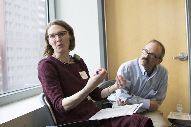 La doctora Juliet Jacobsen, directora médica del Proyecto Continuum en el Hospital General de Massachusetts en Boston, entrena a doctores de atención primaria sobre cómo hablar con los pacientes con enfermedades graves sobre sus metas y valores.