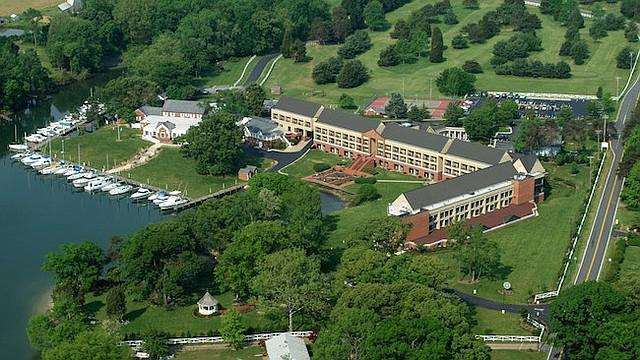 El centro educativo cuenta con más de cien habitaciones y aloja a los participantes por una semana de entrenamiento