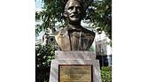 Busto colocado en Cádiz, España, en homenaje a Juan Pablo Duarte, la figura máxima de la historia dominicana, a propósito del 165 aniversario de la Independencia Dominicana, en 2009. El padre de Juan Pablo, Juan José Duarte, nació en Cádiz (España) en 1768, luego emigró a Santo Domingo de Guzmán donde procreó familia.