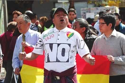 MARCHA. Opositores al gobierno de Evo Morales realizan un bloqueo el miércoles 21 de febrero en una avenida en La Paz, Bolivia.