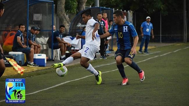 JUVENIL. Orssy Rodríguez en un partido con la selección Sub-16 de El Salvador en la Copa Uncaf realizada en San Salvador.