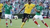 Orbelín Pineda (der.) de México disputa el balón con Damion Lowe (centro) de Jamaica el domingo 23 de julio de 2017, durante un juego de las semifinales de la Copa Oro Concacaf entre México y Jamaica en el estadio Rose Bowl de Pasadena, CA.
