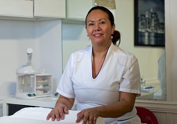 Cosmetóloga comparte sus consejos para cuidar el rostro de las latinas