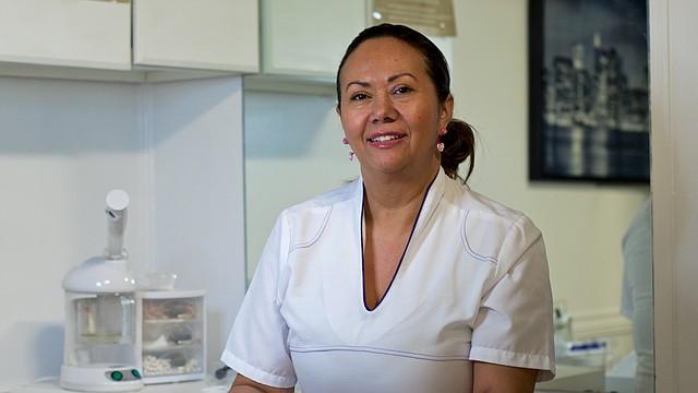 Elena Morales, cosmetóloga colombiana y dueña de Luzzes Salón en East Boston
