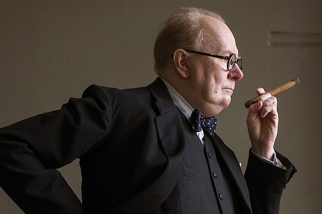 "Gary Oldman como Winston Churchill en ""Darkest Hour""."
