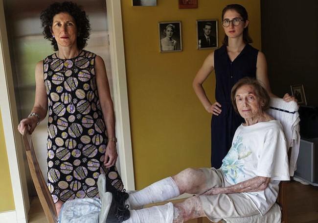 La doctora Rita Redberg (izq.), directora del servicio de salud cardíaca de la mujer en la División de Cardiología de la Universidad de California-San Francisco; su madre, Mae Redberg (sentada); y su hija, Anna Larson, posan en el apartamento de Mae en Manhattan, en octubre de 2017. Redberg lucha para que sus colegas dejen de realizarse procedimientos a Mae, de 92 años.