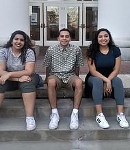 SOÑADOR. Enrique (centro) junto a dos compañeras de la universidad.