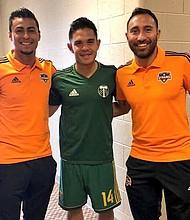SALVADOREÑOS. Darwin Cerén (izq.) y Arturo Álvarez (der.), del Dynamo de Houston con Andrés Flores de Portlánd Timbers.