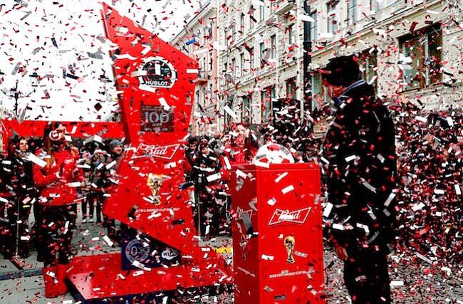 CELEBRACIÓN. Varias personas participan en un acto promocional con motivo de la cuenta atrás de los cien días para el comienzo del Mundial de Rusia 2018, en San Petersburgo, Rusia el 6 de marzo.