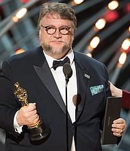"""DIRECTOR. El director de cine mexicano Guillermo del Toro pronuncia un discurso tras ganar el Óscar a la mejor película por """"La forma del agua"""" (""""The Shade of Water"""") durante la 90 edición de los Óscar en el Dolby Theatre de Hollywood, California, el 4 de marzo de 2018."""