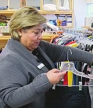 CAUSA. Mónica Barberis-Young dice que la agencia distribuye gratuitamente ropa, zapatos y artículos para el hogar.