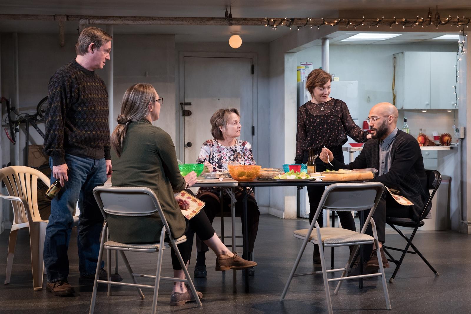 El elenco de The Humans. Luis Vega aparace a la derecha en la cabecera de la mesa. De izq. a der: Richard Thomas, Pamela Reed, Daisy Eagan y Therese Plaehn.