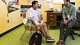 """Gerardo Alejandrez (izq.) charla con su consejero Erich Roberts en Oakland Technical High School, en septiembre de 2017. Gerardo solía lanzar sillas, golpear a sus compañeros de clase y maldecir a sus maestros antes de inscribirse en Oakland Tech. """"Fue una época terrible para mí"""", dijo el adolescente."""