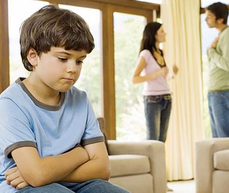 CONSIDÉRALO. Si en una disputa por la custodia de los hijos los padres no negocian algún tipo de acuerdo, la decisión sobre la custodia recaerá en un juez de familia.
