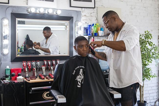 Barberos logran cortar el pelo… y la presión arterial de sus clientes