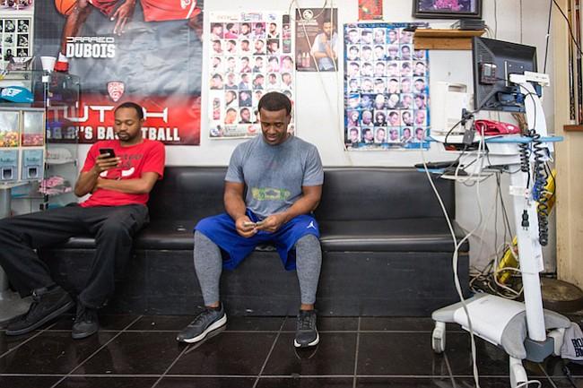 El monitor de presión arterial que se usó en el estudio todavía está en la barbería A New You. Thomas dice que sus clientes lo usan a diario para tomarse la presión.