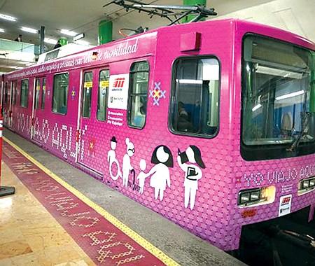 vagones de metro rosas