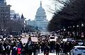 Estudiantes participaron en una marcha desde la Casa Blanca hasta el Capitolio durante el paro realizado a nivel nacional para protestar contra la violencia por armas de fuego, en Washington DC, el 14 de marzo de 2018.