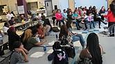 Taller para familias en el Centro Cultural Verónica Robles, en East Boston