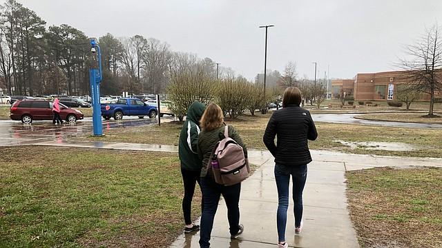 Los padres y estudiantes de la escuela secundaria de Great Mills salen de la escuela secundaria de Leonardtown en Leonardtown, Maryland. Los estudiantes de Great Mills fueron llevados a Leonardtown tras un un tiroteo.