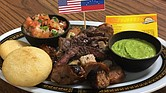 Parrilla de carne y chorizo, con arepa y salsa de ajo con perejil