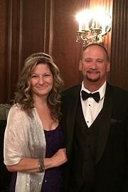 Annette Katz (en la foto con su esposo Steve), enfermera certificada en el Cleveland Veterans Affairs Medical Center, testificó que un enfermero asistente la empujó dentro de un closet, la manoseó y le dijo cosas obscenas.
