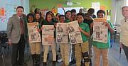JUNTOS. El periodista de El Tiempo Latino, Miguel Guilarte (izq.), con alumnos de Washington Global Public Charter School.