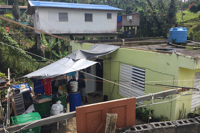El techo de la casa de los Martínez, en Cayey, Puerto Rico, quedó dañado tras el paso del huracán María, dejando la casa con problemas de humedad y moho.