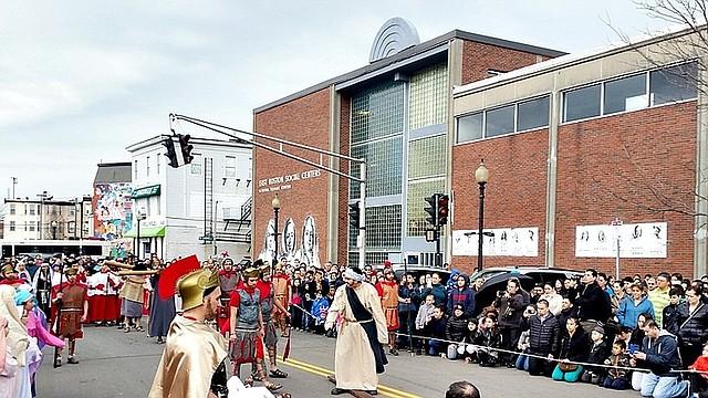Viacrucis viviente en East Boston, el viernes santo