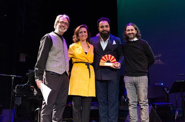 """El maestro del cajón, Israel """"Piraña"""" Suárez, recibe un premio de Berklee College of Music"""