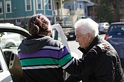 Nirva (izq.) ayuda a Isolina Dicenso a subir al auto para un paseo.