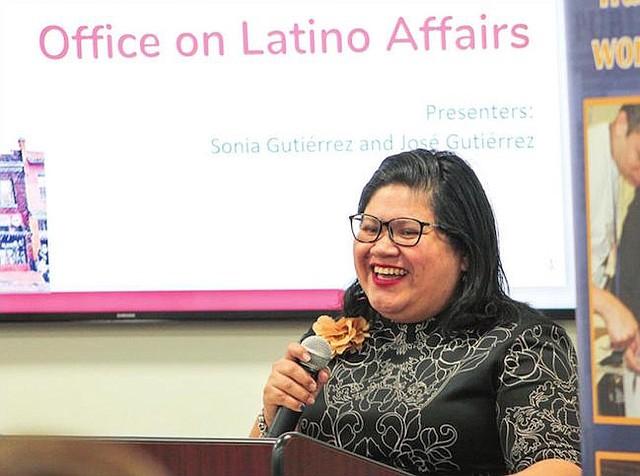 INSPIRACIÓN Y APRENDIZAJE. Jackie Reyes, directora de MOLA dando unas palabras de bienvenida e invitando a la audiencia a aprender e inspirarse con Sonia Gutiérrez y José Gutiérrez.